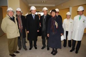 Iglesias y la consejera en la visita a la UCI del Hospital de Barbastro. JLP.