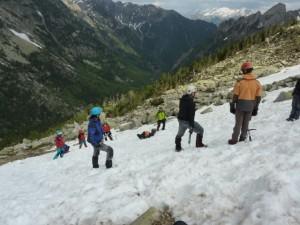 Los montañeros sobre la nieve.
