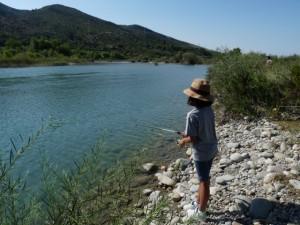 Niños y niñas pescaron en el Cinca. C.G.