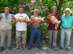 Organizadores y colaboradores del torneo con los peces pan del Viñero. C.G.