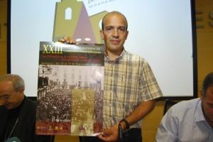 Rafael Torres, coordinador del encuentro con el cartel. JLP.