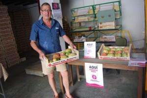 Esteban Andrés en el centro de recepción del tomate rosa. JLP.
