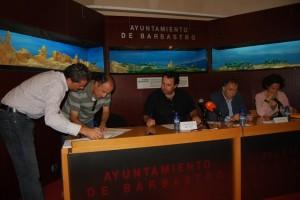 El alcalde de Berbegal firma la concesión. JLP.