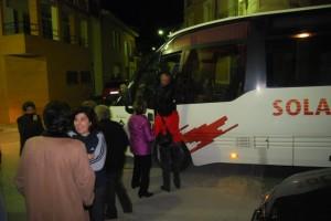 Vecinos de Peralta junto al autobús escolar. JLP.