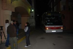 El autobús a su llegada a Barbastro. JLP.