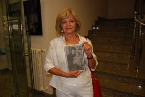 Rosa María Seco con el libro sobre la memoria de su madre. JLP.
