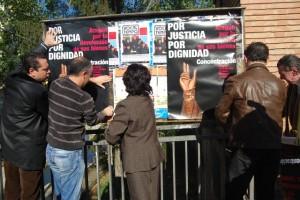 Los alcaldes pegan los carteles. JLP.