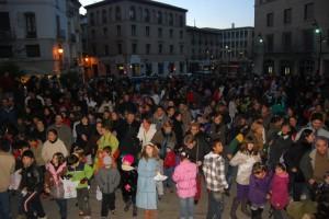 Numeroso público acudió a la plaza Mayor. JLP.