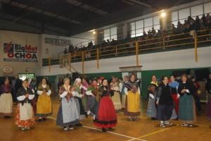 Bailes tradicionales en el polideportivo Joaquín Saludas. JLP.