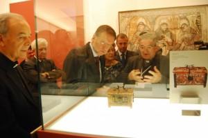 Una de las piezas junto a una fotografía de un bien en Lérida. JLP.