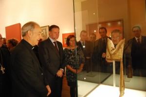 Milián e Iglesias observan una mitra episcopal. JLP.