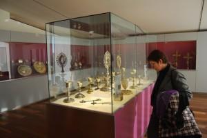 Una visitante observa las obras de orfebrería. JLP.