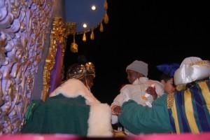 Un niño observa al rey Baltasar. JLP.