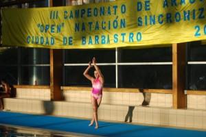 Una nadadora de Barbastro inicia su ejercicio. JLP.