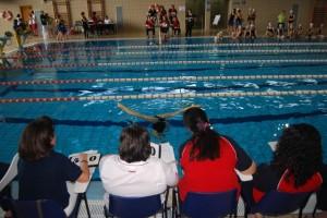 Una nadadora realiza un ejercicio. JLP.