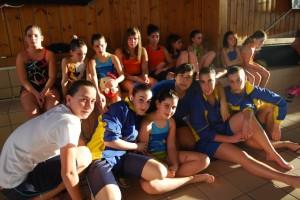 Marisol junto a sus nadadoras. JLP.