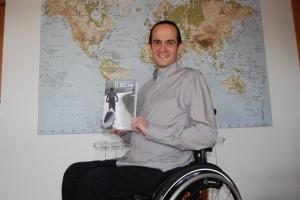 Diego Ballesteros con su libro. JLP.