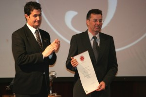 Pedro Solana con el accésit. Javier Blasco.
