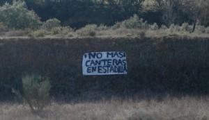 Pancartas en contra de las canteras, en el Ariño.