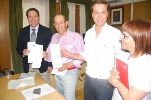 Los representantes del PP y del PAR con los polémicos votos de Bierge. JLP.