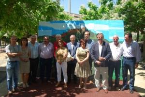 Alcaldes y consejeros del Somontano posan ante el mural de El Pueyo. JLP.