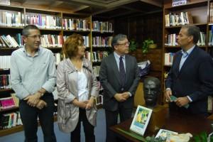 El concejal Lisa, la consejera Broto, Martínez Varga (biznieto) y el alcalde Cosculluela con el busto del doctor. JLP.