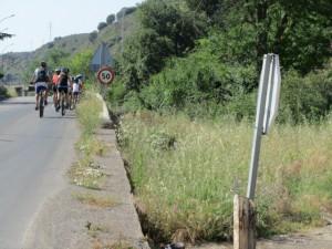 Los ciclistas marcharon en paralelo a la vía del ferrocarril. JLP.