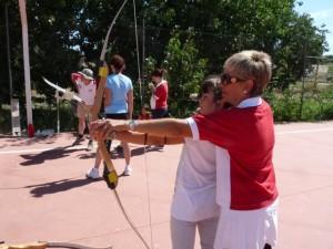 Flor Muñoz enseña a los más pequeños a disparar con arco. C.G.