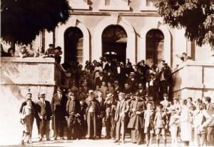 Autoridades y vecinos en la entrada de la estación. Archivo CEHIMO.