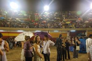 Los paraguas se dejaron ver en la grada y arena. JLP.