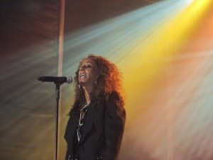 Instantes después del comienzo de la primera canción Rosario tuvo que abandonar el escenario por culpa de la lluvia. Foto: E. Puyuelo.