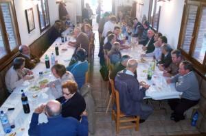 Los vecinos de Asque durante la comida. DPH.