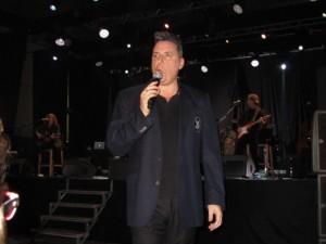 Loquillo bajo del escenario para cantar junto al público. JLP.