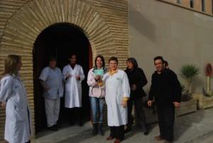 La ATS Ángeles López con el personal del centro de salud y vecinos agraciados. JLP.