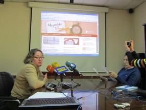 Laura Fontova explica la exposición virtual. JLP.