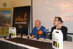 Noguero y Ferrer con los lotes de las almazaras. JLP.