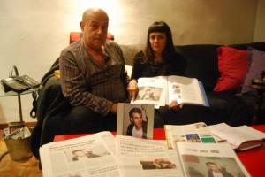 La madre de David y su pareja junto a la foto de su hijo. JLP.