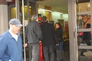 Uno de los imputados entrando en el juzgado de Monzón. JLP.