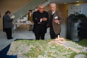 el rector de Torreciudad y el arquitecto contemplan la maqueta de Torreciudad. José Luis Pano.