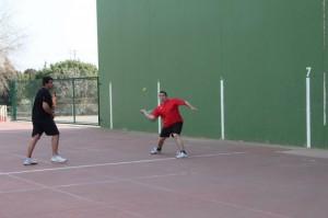 Duelo de zagueros en el partido Peraltilla X – Salas Mola (Eduardo Budiós).