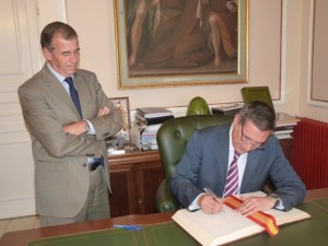 El consejero firma en el libro de honor del Ayuntamiento.