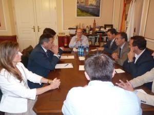 El consejero reunido con los portavoces y el alcalde.