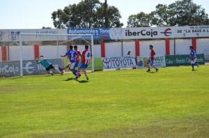Una de las oportunidades de gol del Monzón. José Luis Pano.