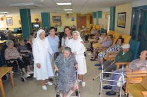 Dos de las hermanas con la dirección de Riosol y los residentes. JLP.
