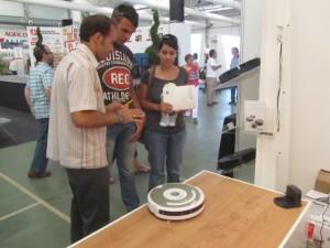 Conrado Chavanel muestra un robot de limpieza a sus visitantes. JLP.