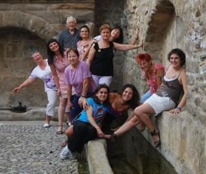 """Algunos de los autores del libro """"Buera"""", junto a las profesoras Lucía Carruesco y Estela Puyuelo."""