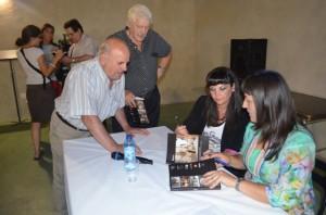 Puyuelo y Carruesco firmando ejemplares. JLP.