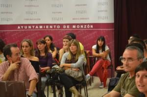 Milba Bueno, rodeada de compañeros, asiste al consejo comarcal. JLP.