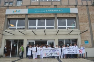 Protesta de los trabajadores sanitarios en el Hospital de Barbastro. JLP.