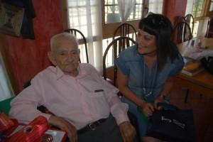 Santiago Fumaz conversa con Estela Puyuelo el día de su cumpleaños. JLP.